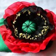 C чем носить броши из искусственных цветов?